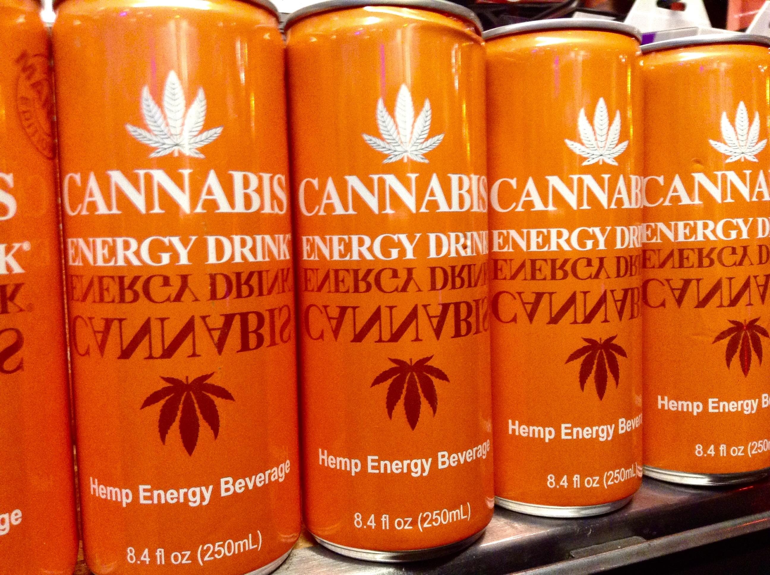 Orange farbene Dosen mit einem Cannabis Energy Drink im Regal stehend